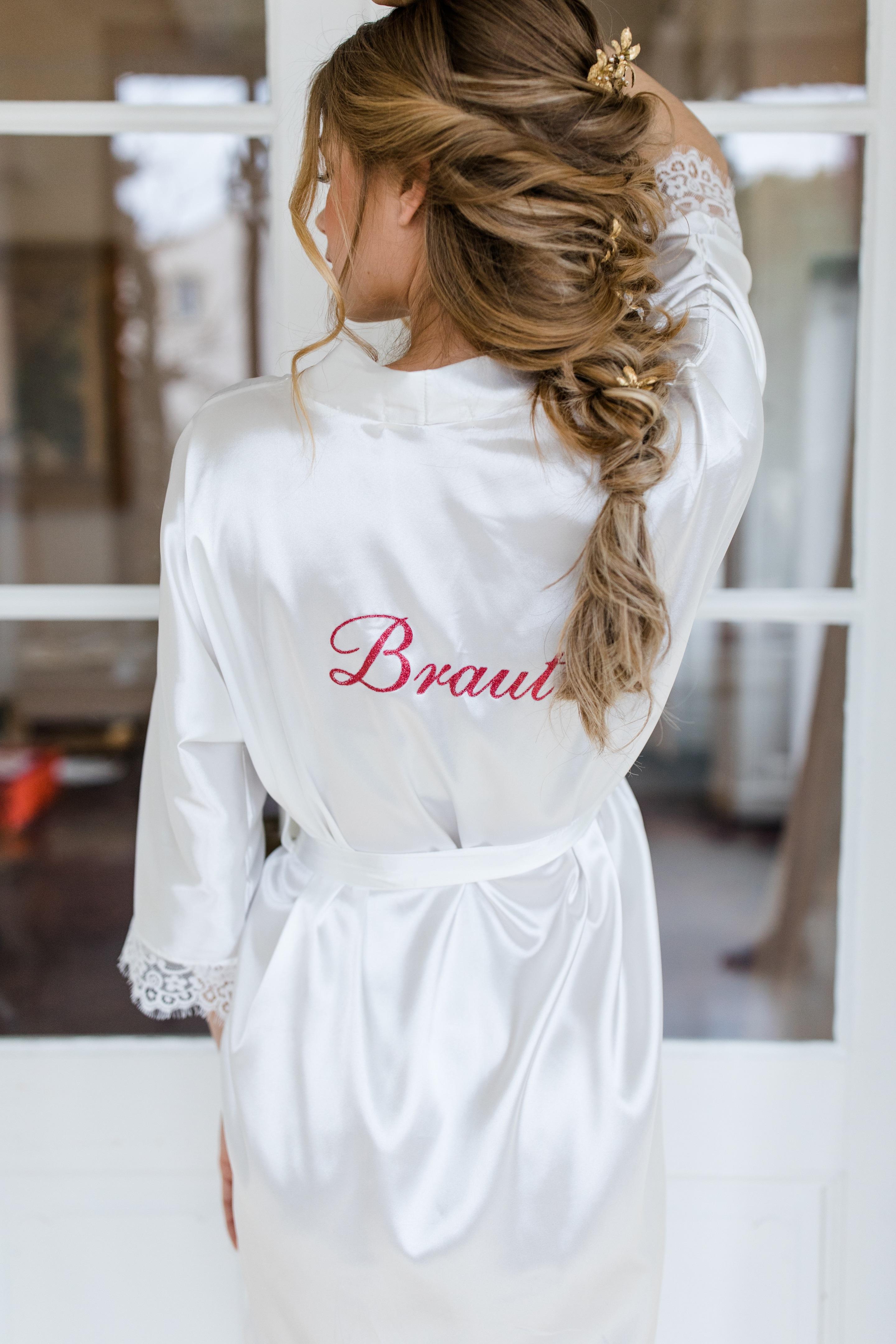 Braut Bride getting ready Morgenmantel Kimono Satin weiß